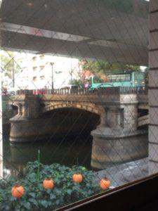 大阪本町の【自家焙煎珈琲 濱田屋】は、東横堀川沿いにあるオフィス街のオアシスです!濱田屋店内から見た本町橋の様子です!