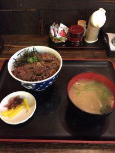 大阪で出前なら小雀弥がおすすめ。牛めしの写真。