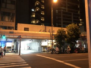 大阪で出前なら小雀弥がおすすめ。松屋町通道路を挟んで撮った写真です。