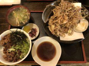 大阪で出前なら小雀弥がおすすめ。牛めしとそばとしば漬のかき揚げを一緒に食べました。