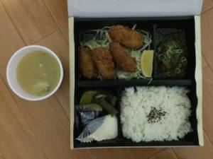 大阪で出前なら小雀弥がおすすめ。カキフライ弁当の写真。