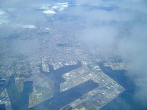 写真の手前は大阪湾、奥川が百舌鳥古市古墳群です