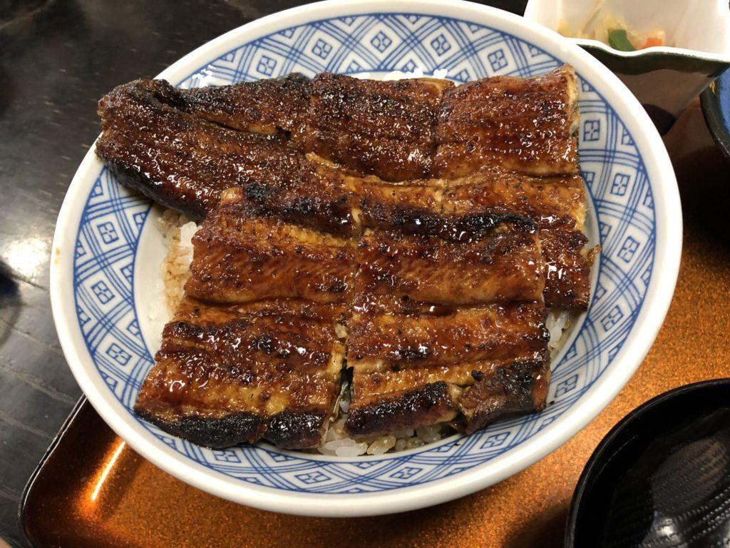 「鰻処まえの」のうな丼・松の写真です