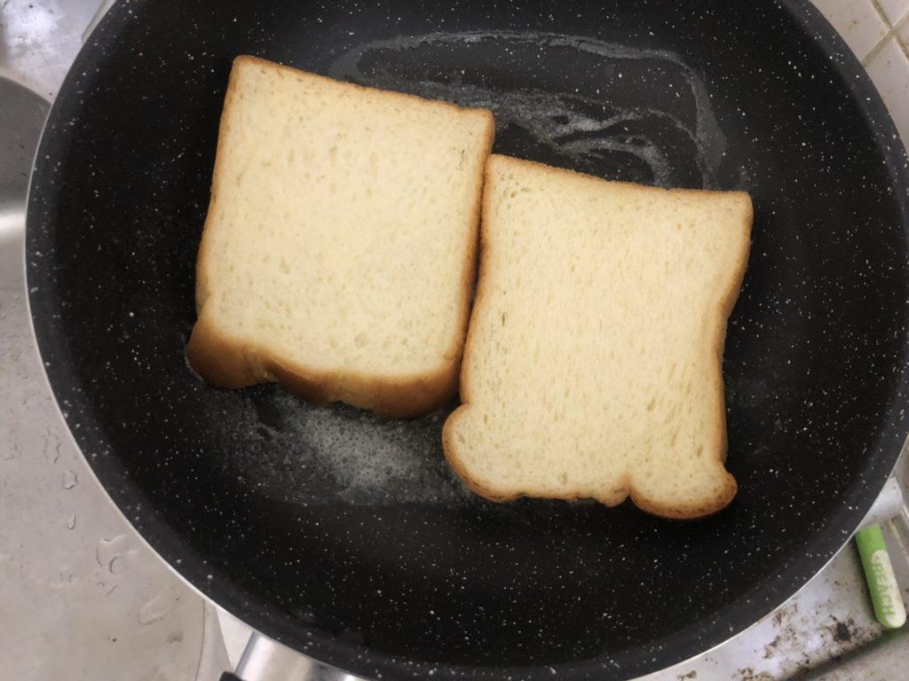 チーズエッグトースト、食パンを軽く焼いている様子
