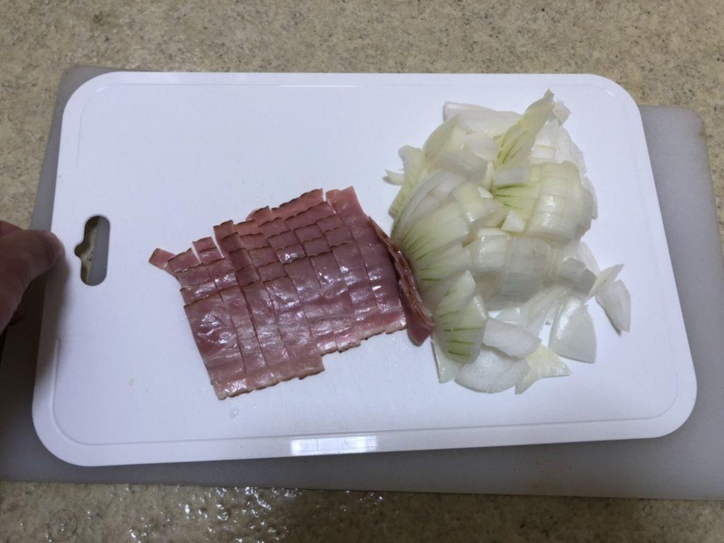 玉ねぎは粗みじん切り、ベーコンは1センチ幅に切ります